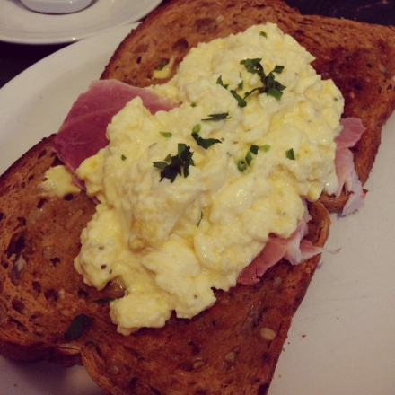Scrambled eggs and ham on toast